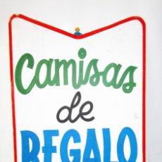 Carteles: GRAN CARTEL 90X56 ANTIGUO TIENDA ROPA EN MADERA PINTADO AÑOS 50 CAMISAS DE REGALO. Lote 187652861