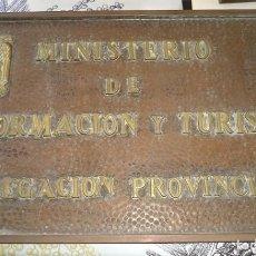 Carteles: ANTIGUA PLACA COBRE Y BRONCE MINISTERIO DE INFORMACIÓN Y TURISMO CON ESCUDO FRANCO 52,/32,50 CM. Lote 194249628