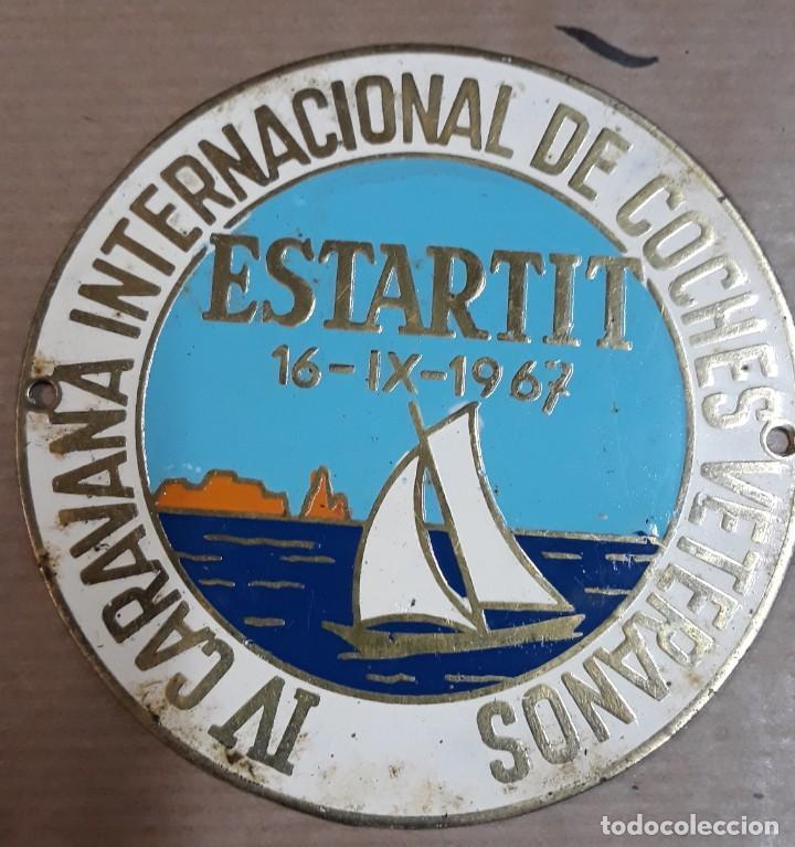 CHAPA IV CARAVANA INTERNACIONAL DE COCHES VETERANOS 16-09-1967 L´ESTARTIT (Coleccionismo - Carteles y Chapas Esmaltadas y Litografiadas)