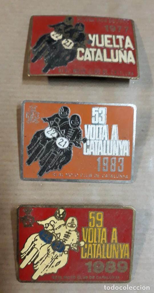 LOTE DE TRES CHAPAS REAL MOTO CLUB DE CATALUÑA VUELTA A CATALUÑA AÑOS 77-83-89 (Coleccionismo - Carteles y Chapas Esmaltadas y Litografiadas)