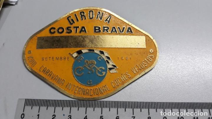 CHAPA XVIII CARAVANA INTERNACIONAL COCHES VETUSTOS AÑO 1981 GIRONA COSTA BRAVA (Coleccionismo - Carteles y Chapas Esmaltadas y Litografiadas)