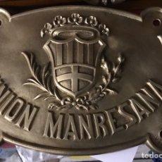 Carteles: ANTIGUA PLACA O CHAPA DE PUBLICIDAD DE SEGUROS LA UNION MANRESANA MANRESA (BARCELONA) BRONCE FACHADA. Lote 194756706
