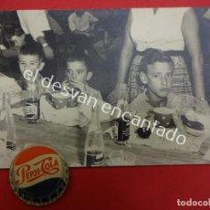 Carteles: PEPSI-COLA. ANTIGUA CHAPA DE AGUJA + FOTO DE ÉPOCA. ORIGINALES AÑOS 1960S. Lote 194928216