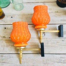 Carteles: ELEGANTES LAMPARAS DE PARED LOTE DE DOS APLIQUES CLÁSICOS DE LATÓN Y TULIPA NARANJA DE CRISTAL. Lote 174571594