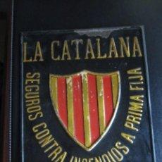 Cartazes: ANTIGUA PLACA DE SEGUROS LA CATALANA 27 X 12 CM. Lote 206247080