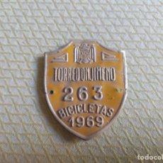 Carteles: RARA CHAPA DE BICICLETAS PROVINCIAL DE TORREDONJIMENO AÑO 1969 MIREN FOTOS. Lote 214298698