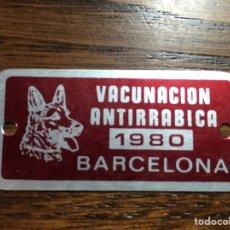 Affiches: PLACA CHAPA VACUNACIÓN ANTIRRABICA BARCELONA 1980 PERRO. Lote 220085877