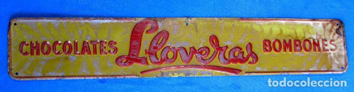 CHAPA METÁLICA DE CHOCOLATES Y BOMBONES LLOVERAS. DÉCADA DE 1950. G. DE ANDREIS. BADALONA. (Coleccionismo - Carteles y Chapas Esmaltadas y Litografiadas)