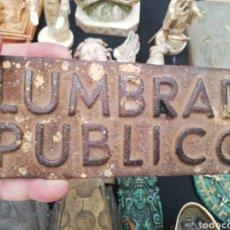Carteles: ANTIGUO SEÑAL DE HIERRO... ALUMBRADO PÚBLICO... Lote 222926945