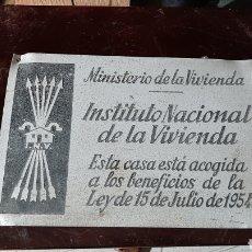 Cartazes: PLACA DE ALUMINIO DE ÉPOCA FRANQUISTA MINISTERIO DE LA VIVIENDA, I.N.V. 1954. Lote 224351108