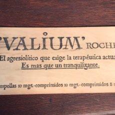 Carteles: ANTIGUA CHAPA DE MADERA DE VALIUM ROCHE CON GRABADO EN EL REVERSO 30X15CM. Lote 233660160