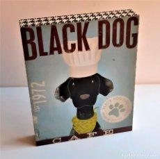 Carteles: BONITO CARTEL DE COLGAR MADERA TIPO CAJA BLACK DOG CAFE 1972 - 20.5 X 25.5 X 4.CM NUEVO. Lote 238438355