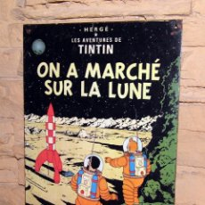 Carteles: TINTIN - ON A MARCHE SUR LA LUNE - CARTEL DE CHAPA METALICA - 30X21CM. Lote 245748235
