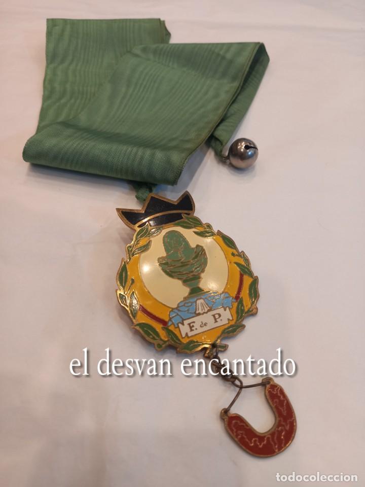 CURIOSA CHAPA SATÍRICA ANTI-MONARQUÍA. CON CINTA PARA COLGAR Y CASCABEL. MUY RARA (Coleccionismo - Carteles y Chapas Esmaltadas y Litografiadas)