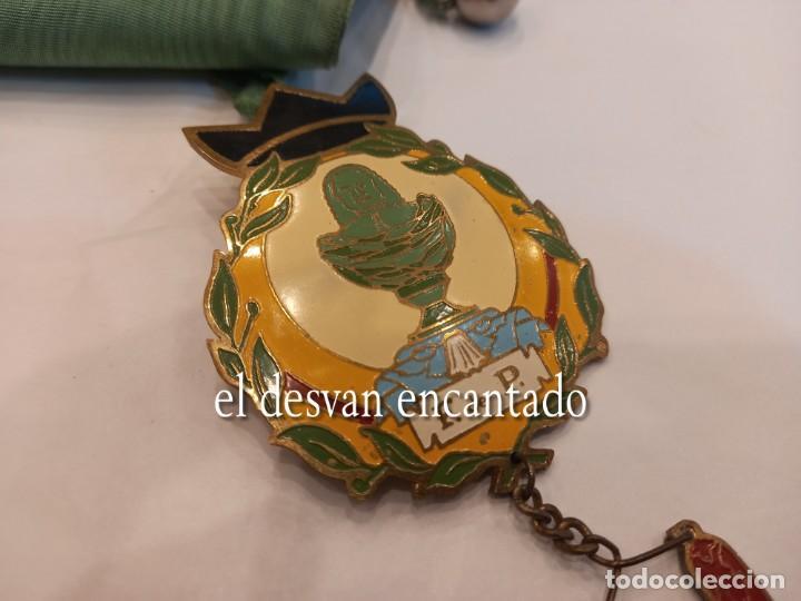 Carteles: Curiosa chapa satírica anti-monarquía. Con cinta para colgar y cascabel. Muy rara - Foto 2 - 254532730