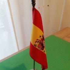 Carteles: LOTE DE 5 PEANAS METALICAS CON BANDERA CONSTITUCIONAL DE ESPAÑA.. Lote 255441620