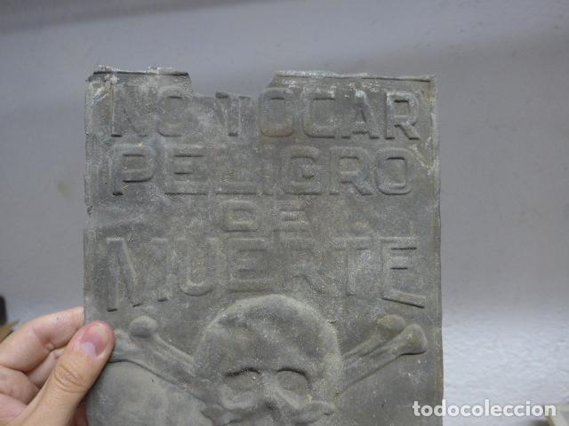 Carteles: Antiguo cartel chapa o placa de hojalata de no tocar, peligro de muerte, original - Foto 3 - 261254770
