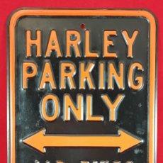 Carteles: CARTEL HARLEY PARKING ONLY - ESTACIONAMIENTO DE ARLEY SOLAMENTE. Lote 265349864