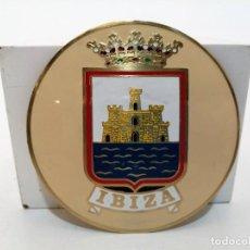 Carteles: PLACA METAL LATON ESMALTADO, AÑOS 60, PARA COCHES, IBIZA, (8 CM DIAMETRO). Lote 267629654