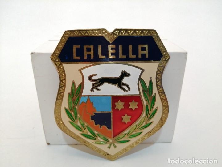 PLACA METAL LATON ESMALTADO, AÑOS 60, PARA COCHES, CALELLA, (8,5X7) (Coleccionismo - Carteles y Chapas Esmaltadas y Litografiadas)