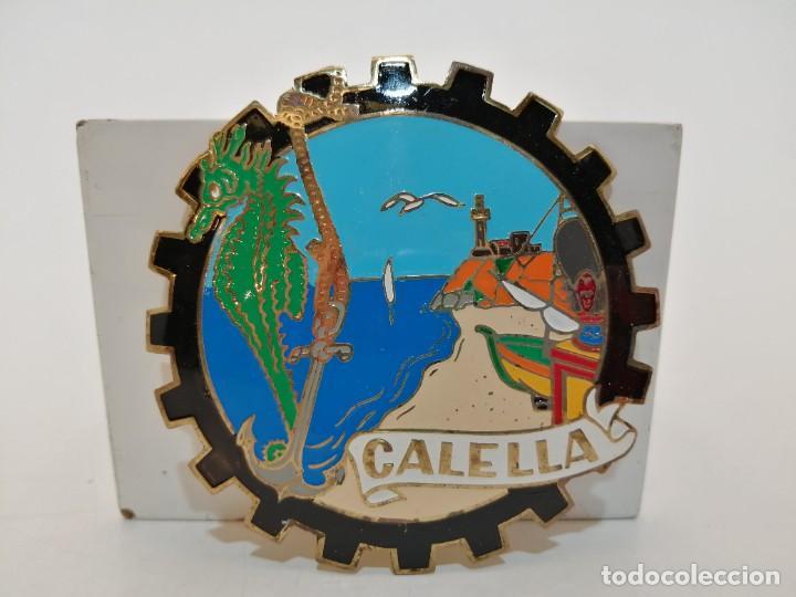 PLACA METAL LATON ESMALTADO, AÑOS 60, PARA COCHES, CALELLA, (8 CM DIAMETRO) (Coleccionismo - Carteles y Chapas Esmaltadas y Litografiadas)