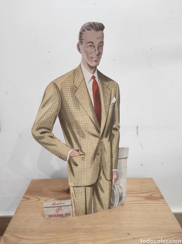 PUBLICIDAD 32CM ESTUDIO ROCOSA MODA HOMBRE INVIERNO 1958 (Coleccionismo - Carteles y Chapas Esmaltadas y Litografiadas)
