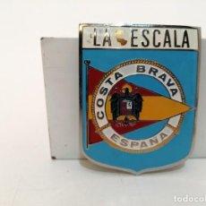 Carteles: PLACA METAL LATON ESMALTADO, AÑOS 60, PARA COCHES, LA ESCALA, (7,5X6). Lote 269106688