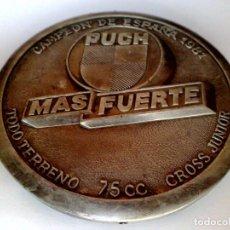 Carteles: PLACA METÁLICA TROQUELADO DE MOTOCICLETA PUCH (75CC.) CAMPEON DE ESPAÑA 181 Y 1982 (DESCRIPCIÓN). Lote 279370803