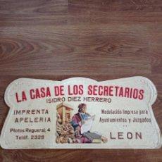 Carteles: ANTIGUO CARTEL PUBLICITARIO DE CARTÓN, LA CASA DE LOS SECRETARIOS. Lote 280675893
