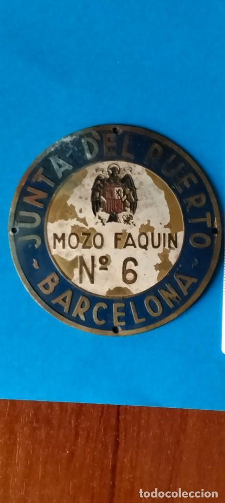 CHAPA ANTIGUA MOZO FAQUIN Nº 6 JUNTA DEL PUERTO DE BARCELONA (Coleccionismo - Carteles y Chapas Esmaltadas y Litografiadas)