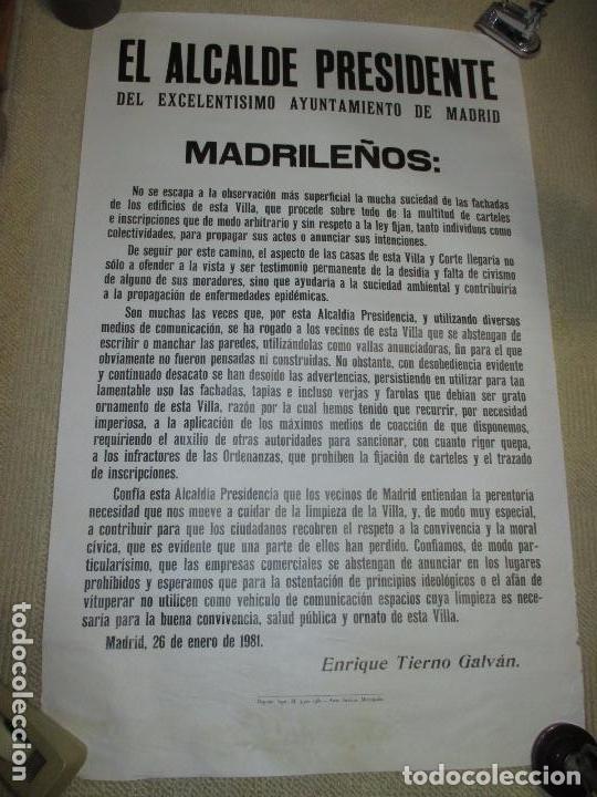 BANDO DEL ALCALDE DE MADRID ENRIQUE TIERNO GALVÁN, AUTÉNTICO 63X100 LA SUCIEDAD DE LAS FACHADAS 1981 (Coleccionismo - Carteles gran Formato - Carteles Políticos)