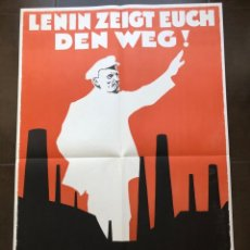 Carteles Políticos: LENIN ZEIGT EUCH DEN WEG (1930). DE LA CARPETA PLAKATKUNST IM KLASSENKAMPF, 1974. Lote 177412252