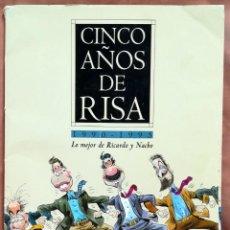 Carteles Políticos: CINCO AÑOS DE RISA. 1990-1995. LO MEJOR DE RICARDO Y NACHO. CARPETA CON 25 LÁMINAS. Lote 205181036