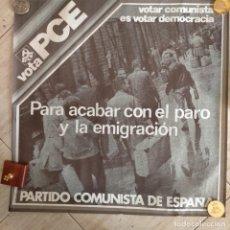 Affiches Politiques: CARTEL POLITICO VOTGAR COMUNISTA ES VOTAR DEMOCRACIA PCE PARA ACABAR CON EL PARO Y LA EMIGRACION 197. Lote 241739615