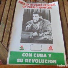 Carteles Políticos: CARTEL ORIGINAL ANTE UN BLOQUEO CRIMINAL UN PUEBLO EJEMPLAR CON CUBA REVOLUCION JCA PCE CHE GUEVARA. Lote 248083900