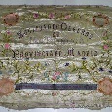 Carteles Publicitarios: ANTIGUO ESTANDARTE BANDERA DE SEDA DE 1903 DE MADRID, DE LA SOCIEDAD DE OBREROS EN PAN FRANCES DE L. Lote 28650707