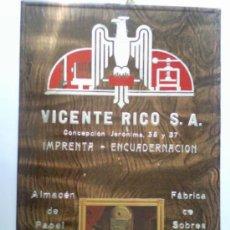 Carteles Publicitarios: CARTEL PUBLICITARIO DE CARTON ,- VICENTE RICO , IMPRENTA ,- MEDIDAS 46,5 X 32 CTM. Lote 28922786