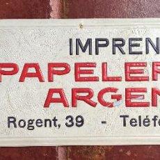 Carteles Publicitarios: CARTEL CARTON PUBLICIDAD RELIEVE IMPRENTA PAPELERIA ARGENTINA BARCELONA DECORACION AGUILA DRAGON (6. Lote 63687383
