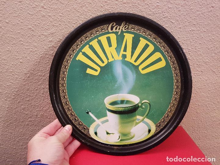 ANTIGUA BANDEJA DE METAL CARTEL PUBLICITARIO PUBLICIDAD CAFE CAFES JURADO MATALICO VINTAGE (Coleccionismo - Carteles Gran Formato - Carteles Publicitarios)
