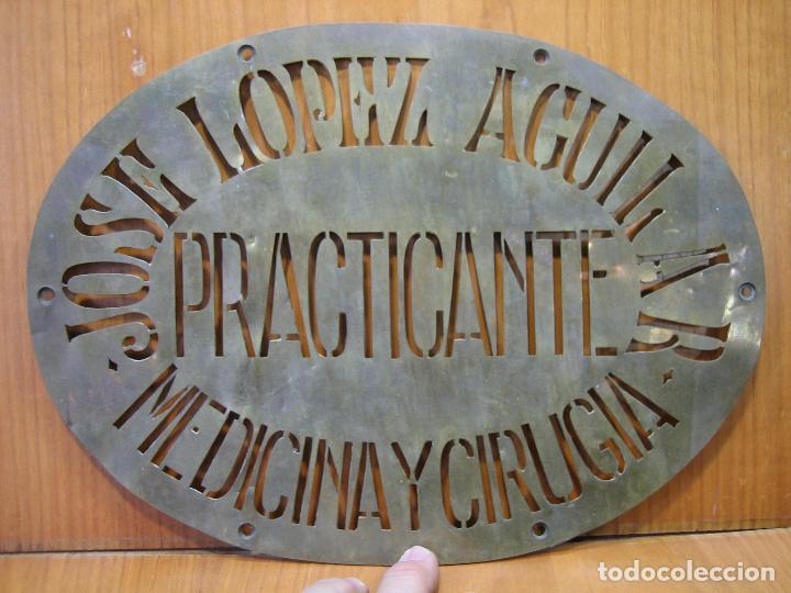 Carteles Publicitarios: Antiguo cartel publicitario en latón. José López Aguilar. Practicante. Medicina y cirugía.M 31x23 cm - Foto 2 - 118109431