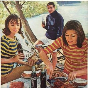 1966 Publicidad CocaCola sobre cartulina negra 32,3×45,8 cm