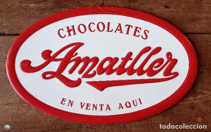 CARTEL PUBLICITARIO CHOCOLATES AMATLLER DE VENTA AQUI. CARTON DURO. 37.5 X 23.5 CM (Coleccionismo - Carteles Gran Formato - Carteles Publicitarios)