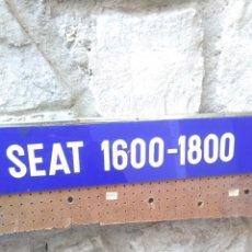Affissi Pubblicitari: ANTIGUO CARTEL SEAT 1600-1800 DE MATERIAL PLASTICO DURO.85,5X10CM. Lote 243603575
