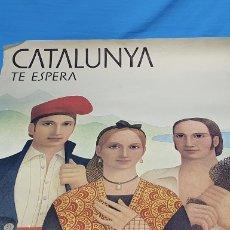 Carteles Publicitarios: CATALUNYA TE ESPERA - HUGUET 1976 - DIPUTACIÓN PROVINCIAL DE BARCELONA - H. Lote 253645985
