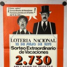 Carteles Publicitarios: HISTÓRICO CARTEL PROMOCIONAL LOTERÍA NACIONAL SORTEO EXTRA VACACIONES 1975. TIP Y COLL .. Lote 265659569