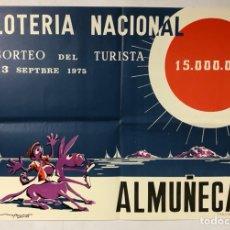 Carteles Publicitarios: HISTÓRICO CARTEL PROMOCIONAL LOTERÍA NACIONAL SORTEO DEL TURISTA 1975 ALMUÑÉCAR. ILUSTRA MOYA QUIRÓS. Lote 265659829