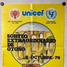 Carteles Publicitarios: HISTÓRICO CARTEL PROMOCIONAL LOTERÍA NACIONAL SORTEO DE OTOÑO UNICEF 1979, RONDA (MÁLAGA).. Lote 265660819