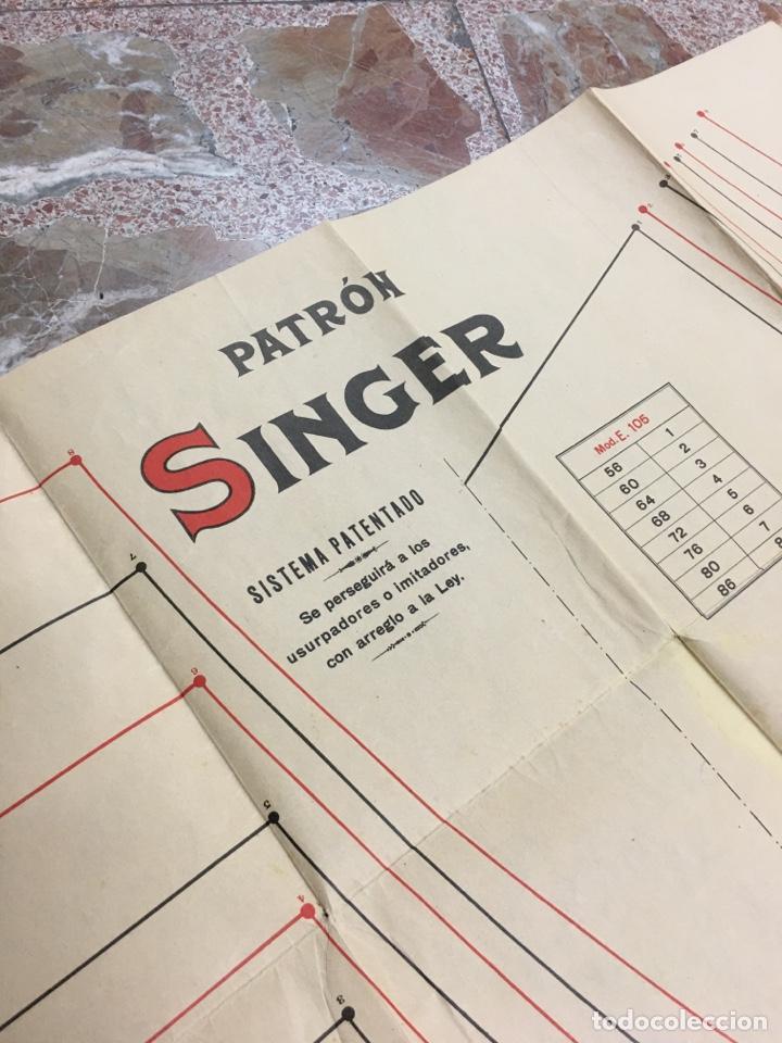 PATRÓN SINGER - LOTE DE 4 CARTELES INFOGRAFÍAS - MODA ROPA ANTIGUA PUBLICIDAD PÓSTER (Coleccionismo - Carteles Gran Formato - Carteles Publicitarios)