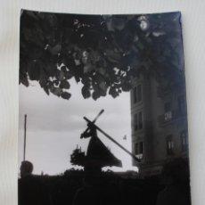 Carteles de Semana Santa: ANTIGUA FOTOGRAFIA B/N PASO PROCESION SEMANA SANTA MALAGA – FOTO ARENAS MALAGA 1963 MEDIDAS 18 X 11. Lote 224025341