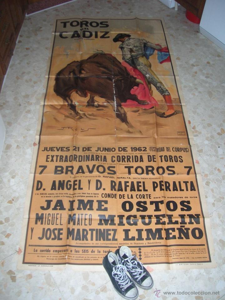 Carteles Toros: Plaza de toros de Cádiz.Gran cartel de toros tamaño bodega: 265 x 110 ctms. Necesita restauración. - Foto 2 - 47331583